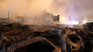 Tojo-Auton savuavat rauniot Keminmaassa.