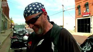 Huivipäinen mies kadulla Teksasissa.