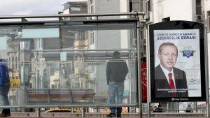 Miehet seisoivat Turkin presidentin Recep Tayyip Erdoğanin kuvan vieressä Istanbulissa 27. tammikuuta 2017.