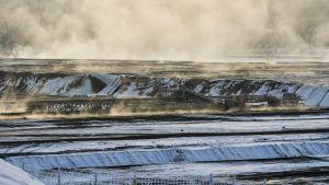 Liotuskasat höyryävät raakavesialtaan ympärillä Terrafamen Sotkamon kaivoksella pakkassäässä.