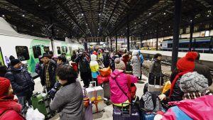 Turisteja odottamassa pääsyä Rovaniemen junaan Helsingin rautieasemalla myöhään lauantaina illalla 11. helmikuuta.