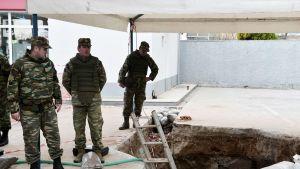Toisen maailmansodan aikaisen pommin löytöpaikka Kordelion kaupunginosassa Thessalonikissa, Kreikassa, 12. helmikuuta.