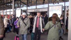 matkustajat tulevat ulos lentoaseman ovesta