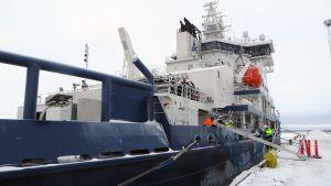 Jäänmurtaja Polaris satamassa.