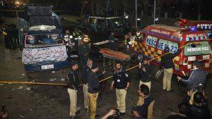 Poliisi tutkii iskupaikkaa Lahoressa.