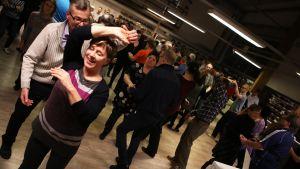 Tanssikurssilaiset opettelevat fuskua.