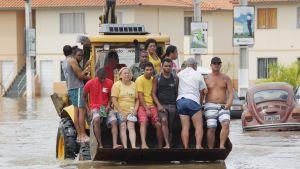 Asukkaita kuljetetaan suojaan tulvilta Brasiliassa.
