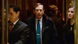 Entinen CIA-johtaja David Petraeus hississä Trump Towerissa New Yorkissa marraskuussa 2016.