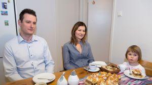 Mihal Bucko, Barbara Janus ja Jasmin-tytär kahvipöydässä.
