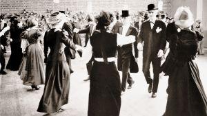 Vanhojen tanssit pidettiin Kulosaaren yhteiskoulun aulassa vuonna 1964.