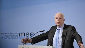 John McCain puhumassa Münchenin turvallisuuskonferenssissa perjantaina.