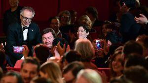 Aki Kaurismäki palkittiin parhaan ohjaajan palkinnolla Hopeisella karhulla elokuvasta 'Toivon tuolla puolen' Berliinin elokuvajuhlilla 18. helmikuuta 2017.