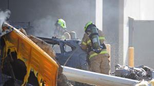Palomiehiä pelastustehtävissä lento-onnettomuuden jälkjeen Essendonissa, Australian Melbournessa.