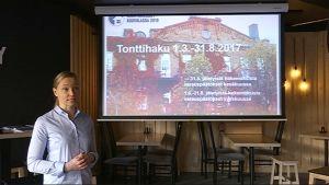 Projektipäällikkö Sanna Kauppi esittelee Kouvolan Asuntomessujen tonttihakua Gastropub Betonyssä Kouvolassa 21.2.2017.