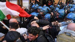 Poliisit ja taksikuskit ottavat yhteen Roomassa.