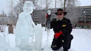 Ville Nyyssönen pilkkimiehensä vieressä