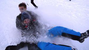 Opiskelijat laskevat pulkalla Tornionjokirannassa.
