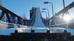 Hervannan hyppyrimäki Tampereella edestäpäin katsottuna.