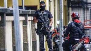 Malesian poliisin erikoisjoukot vartioivat oikeuslääketieteen rakennusta Kuala Lumpurissa. Rakennuksessa säilytetään toistaiseksi Kim Jong-namin ruumista.