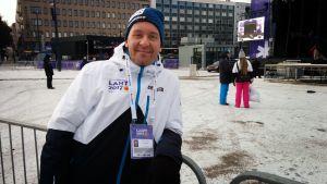 Tero Suominen seisomaassa keskellä kisojen yleisöaluetta Lahden keskustassa.
