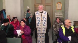 Arkkipiispa Leo kirkon käytävällä
