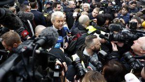 Geert Wilders median keskellä.