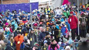 Yleisöä Lahden MM-hiihtojen avajaisissa.