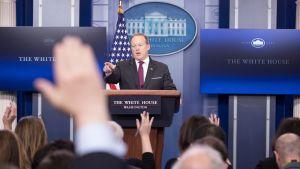 Valkoisen talon tiedottaja Sean Spicer tiedotustilaisuudessa 23. helmikuuta.