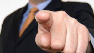 Syyttävä sormi osoittaa kohti.
