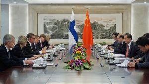 Peking Soini ja Wang neuvottelupöydässä.