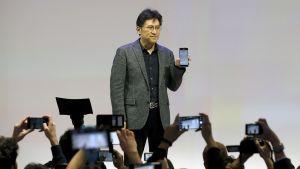 Sonyn Hideyuki Furumi esittelee Xperia XZ Premium -puhelinta Barcelonan Mobile World Congress -messuilla.
