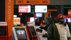 Vaarallisia aineita tutkiva ryhmä tarkastaa lähtöselvitysautomaatteja Kuala Lumpurin kansainvälisellä lentokentällä Malesiassa 26. helmikuuta 2017. Pohjois-Korean johtajan velipuoli Kim Jong-nam murhattiin kentällä 13. helmikuuta.