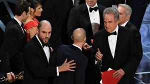 Warren Beatty (oik.) jakamassa parhaan elokuvan Oscaria vuonna 2017.  Episodi päätyi todelliseen sekoiluun, jonka jälkitilanteessa tämä kuva on otettu.