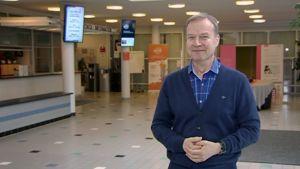 Kuurojen Liiton toiminnanjohtaja Markku Jokinen seisoo ja hymyilee Valkean talon aulassa.