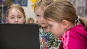 Tietokoneopetusta luokkahuoneessa.