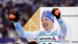 Iivo Niskanen tuulettaa 15 kilometrin perinteisen MM-kultaa Lahdessa.