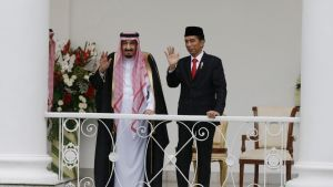 Kuningas ja presidentti seisovat kaiteen takana ja vilkuttavat.