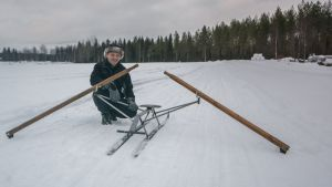 Onni Nissinen esittelee uutta keksintöään omalla pellollaan.