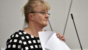 Sosiaali- ja terveysministeri Pirkko Mattila (ps) eduskunnan täysistunnossa Helsingissä, 2. maaliskuuta.