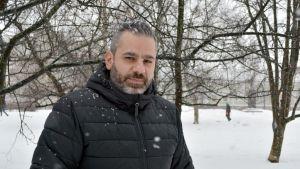 Valokuvaaja Wasim Khuzan lumisateessa oululaisessa puistossa.