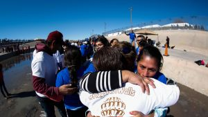 Paperittomat siirtolaiset tapasivat sukulaisiaan Meksikon ja Yhdysvaltojen rajalla tammikuussa 2017.
