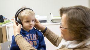 Terveydenhoitaja Rauni Kortesalmi testasi tänään Ison Omenan neuvolassa, että 5-vuotiaan Lari Muhojoen kuul on normaali.