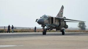 Syyrian ilmavoimien MIG-23 hävittäjän valmistautuu lennolle Haman lentotukikohdassa.