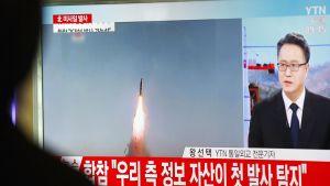 Eteläkorealaisella juna-asemalla seurataan Pohjois-Korean ohjuskokeeseen liittyvää uutisointia