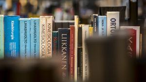 Kirjoja kirjaston hyllyssä.