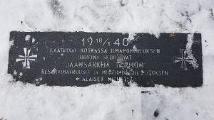 Jäänmurtaja Tarmon pommituksessa kaatuneiden muistomerkki Kotkan sankarihautausmaalla