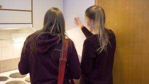 Vuokralainen ja vuokranantaja tutkivat asuntoa