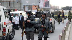 Poliiseja vartioimassa terrori-iskun jälkeen Kabulissa keskiviikkona.