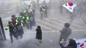 Presidentti Park Geun-Hyen kannattajat mellakoivat poliisin kanssa Soulissa 10. maaliskuuta.