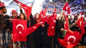 Ihmiset heiluttavat Turkin lippuja Turkin konsulaatin edessä Rotterdamissa.
